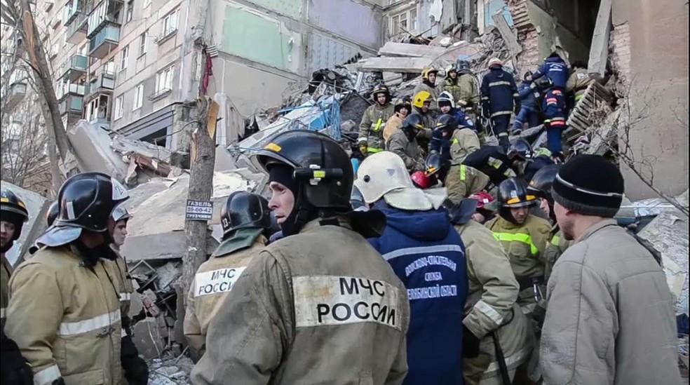 Equipe de resgate retira sobrevivente de prédio que ruiu parcialmente em Magnitogorsk, na Rússia. — Foto: HO / Russian Emergency Situations Ministry / AFP