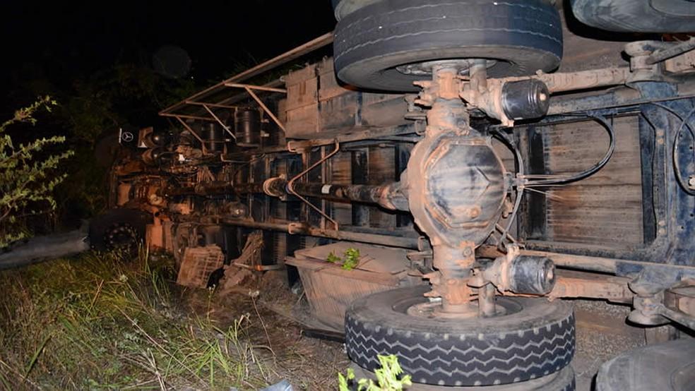 Caminhão capota na PE-218 em Brejão (Foto: PRF/Divulgação)