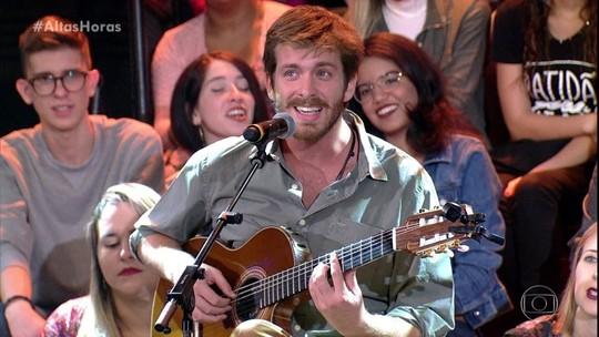 Reveja: cantor português que viralizou no Brasil toca no Altas Horas