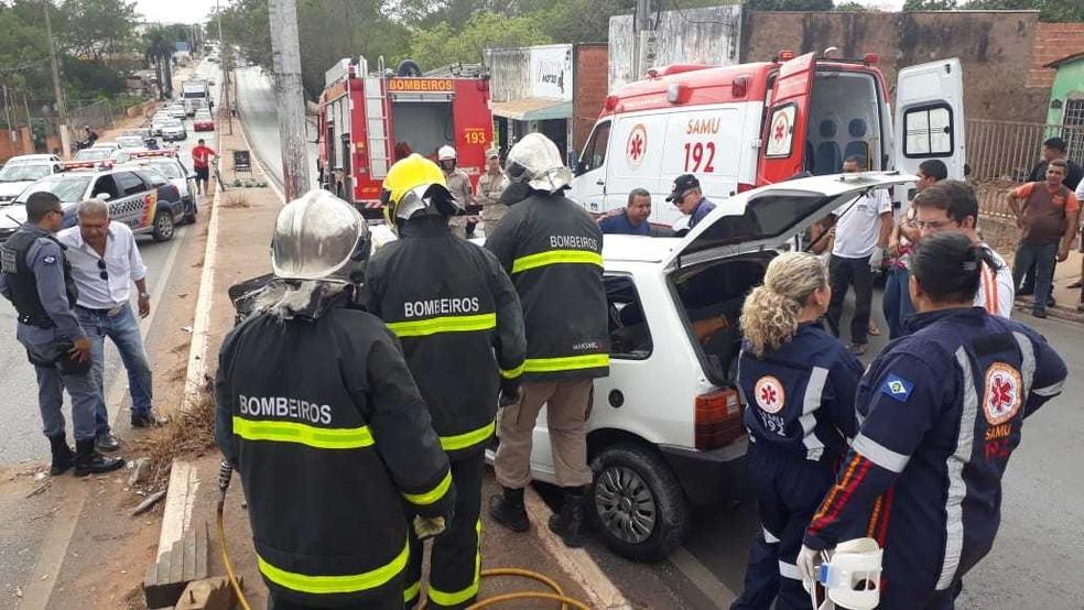 Motorista foi retirado do veículo pelos bombeiros — Foto: Thiago Ferreira/ Arquivo pessoal