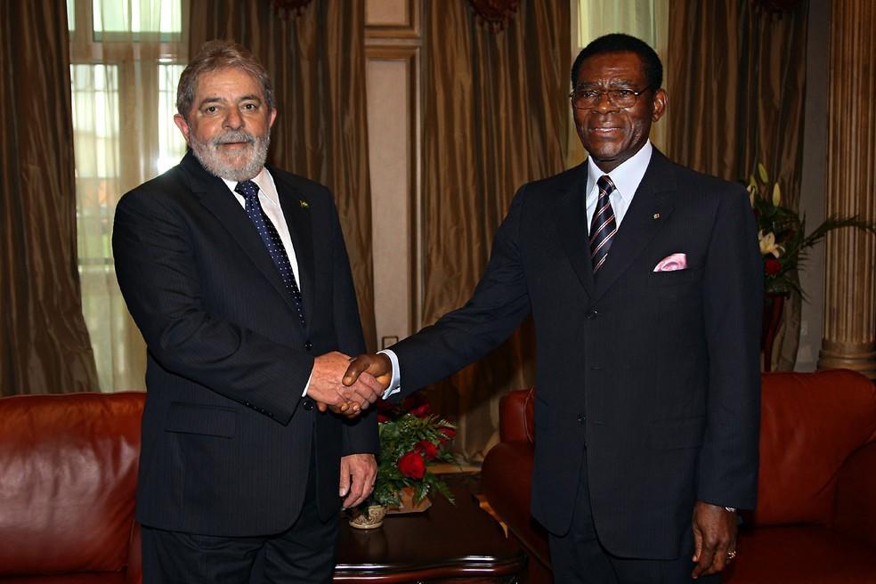 O presidente Luiz Inácio Lula da Silva e o presidente da Guiné Equatorial, Obiang Nguema Mbasogo, posam em cumprimento durante visita de Lula a Malabo, capital da Guiné, em julho de 2010 — Foto: Ricardo Stuckert/Presidência da República via AFP