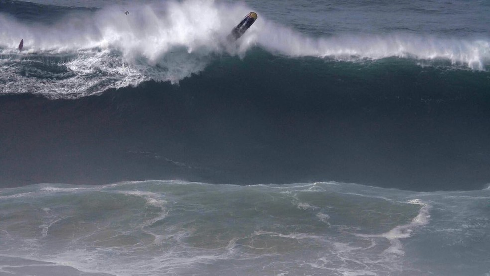 Fred Dupont pilota de jet e capota em onda gigante em Nazaré (Foto: frama @polvo32)