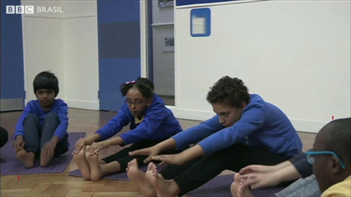 A escola britânica que está ensinando ioga a alunos com autismo para reduzir crises de nervos