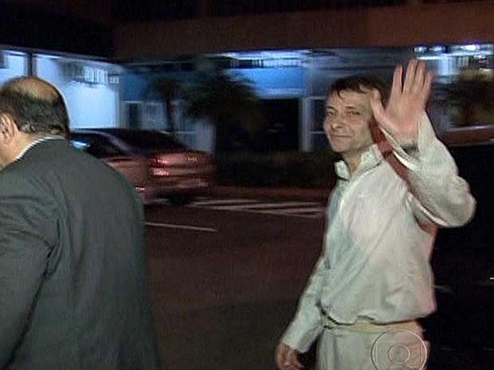 Cesare Battisti deixa a penitenciária da Papuda, em Brasília. — Foto: Reprodução / TV Globo