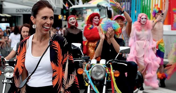 Jacinda Ardern nas ruas de Auckland, em fevereiro passado, celebrando o Orgulho LGBTQ (Foto: Pool, Fiona Goodall/Getty Images, Wpa Pool/Getty Images e Stefan Rousseau/PA Images via Getty Images)