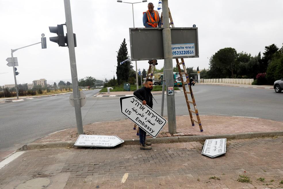 Funcionários instalam placa que indica embaixada dos EUA em Jerusalém (Foto: Ronen Zvulun/Reuters)