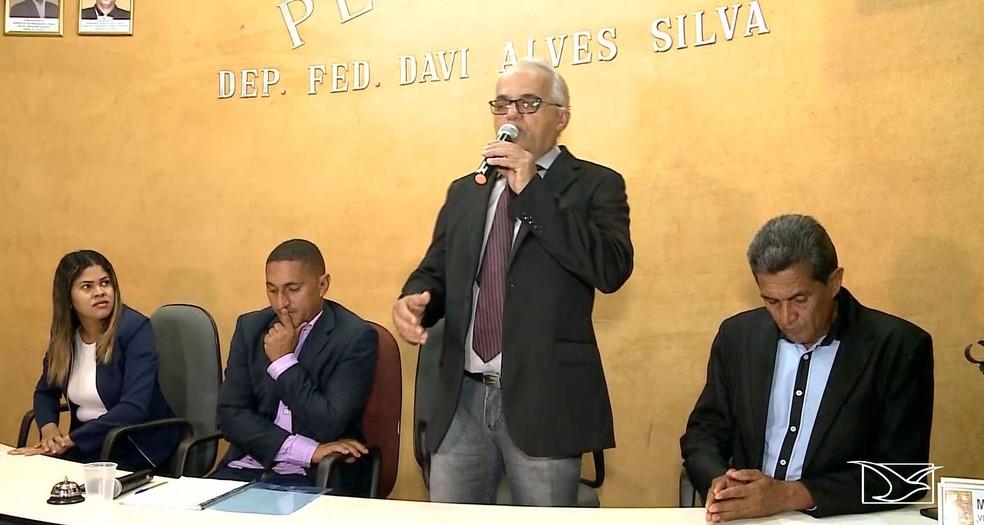 José Rubem Firmo (em pé) ingressou na vida política no ano de 2012 e foi preso por suspeita de ser o mandante do assassinato de Ivanildo Paiva — Foto: Reprodução/TV Mirante