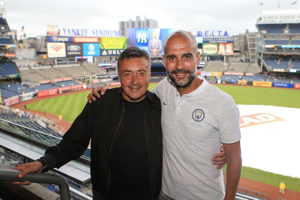 Domènec Torrent e Pep Guardiola, em julho de 2018, no Yankee Stadium, em Nova York — Foto: Matt McNulty/Manchester City FC