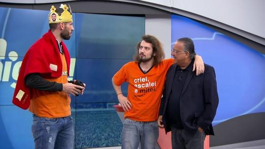 """Cartolouco coroa o rei Vanderlei e é expulso do """"Bem, Amigos!"""" por Galvão"""