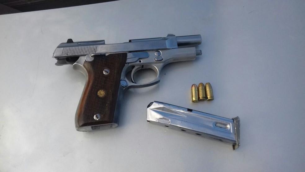 Pistola calibre 380 foi encontrada com os suspeitos, segundo a PM (Foto: Ascom/PMPE)