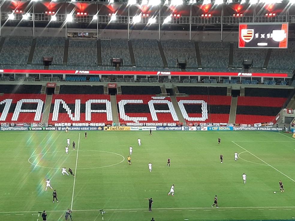 Flamengo na reta final da partida: linha de quatro atacantes, com Diego sozinho pelo meio e laterais abertos — Foto: Felipe Schmidt