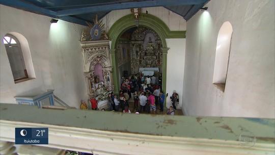 Fiéis lotam capela centenária em Belo Vale para celebrar dia de Santana