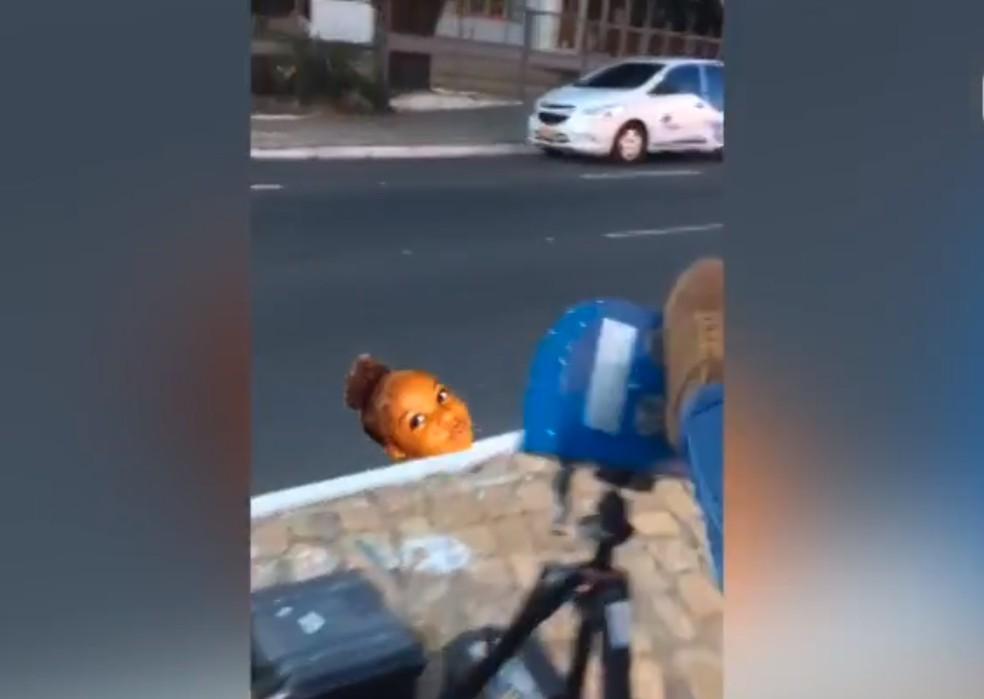 Motociclista chuta radar estático de velocidade em avenida da Zona Sul de Teresina — Foto: Reprodução