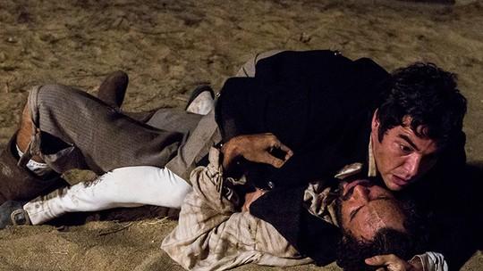Xavier leva tiro de Simão, e Raposo luta com Mão de Luva