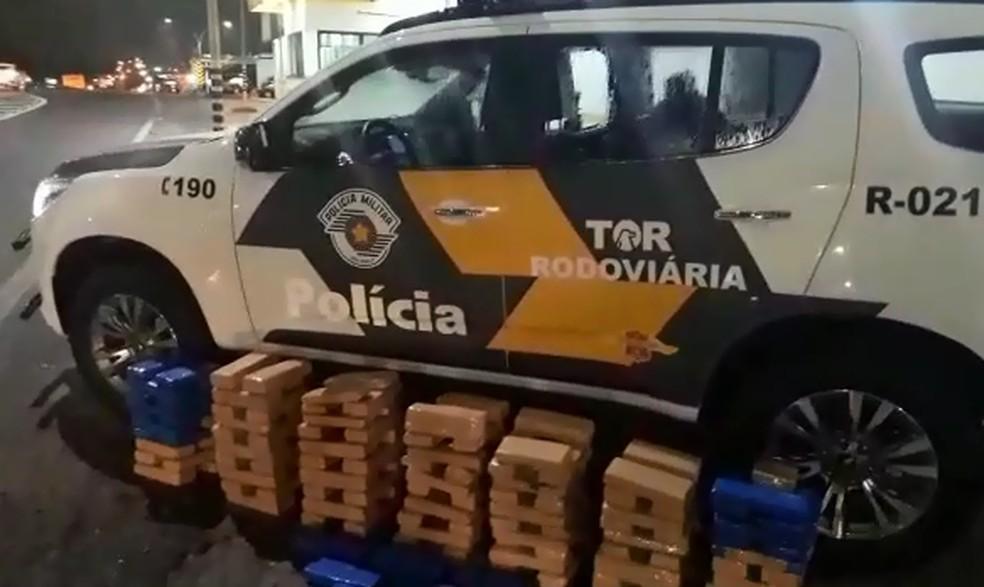Policiais encontraram 146 tabletes de maconha no porta-malas do carro — Foto: Polícia Rodoviária/Divulgação