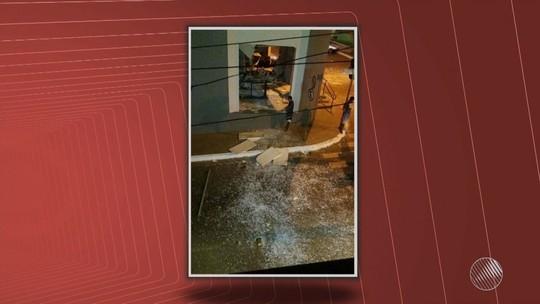 Homens explodem agência, cercam pelotão da PM e queimam carro na BA