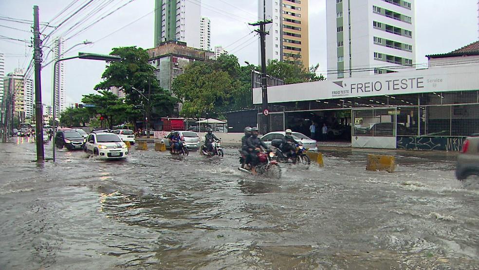 Avenida Norte, no Recife, ficou alagada após temporal (Foto: Reprodução/TV Globo)