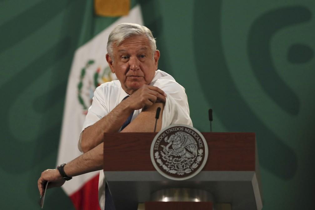 O presidente mexicano, Andrés Manuel López Obrador, mostra o local onde recebeu a injeção da vacina de Oxford/AstraZeneca contra a Covid-19 em 20 de abril de 2021 — Foto: Fernando Llano/AP