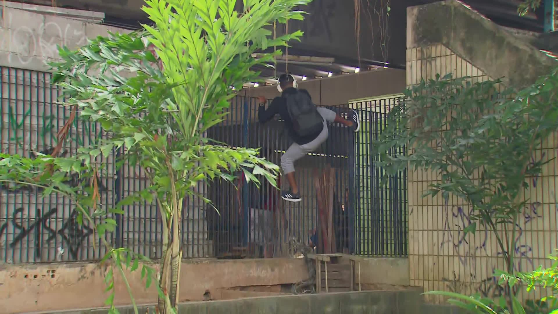 Homens são flagrados pulando grade de estação do metrô em Jaboatão para não pagar passagem; veja vídeo