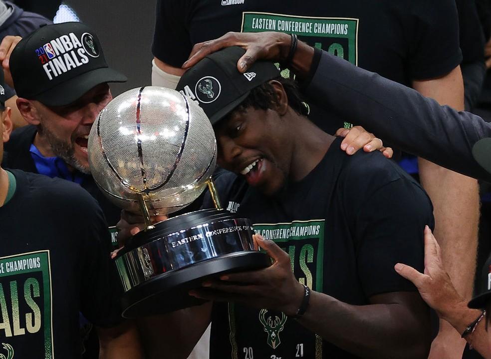 Holiday comemora com o troféu da Conferência Leste — Foto: Kevin C. Cox/Getty Images