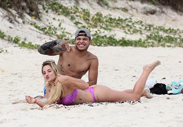 Resultado de imagem para Tierry e Gabi Martins trocam carinhos em dia de praia no Rio