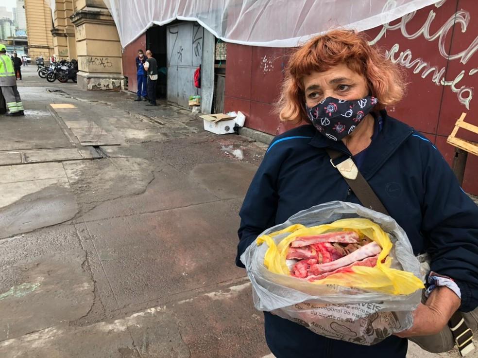 Josefa Romão, de 55 anos, pegou ossos de carne da caçamba de descarte do Mercadão, no Centro de SP — Foto: Paula Paiva Paulo/G1