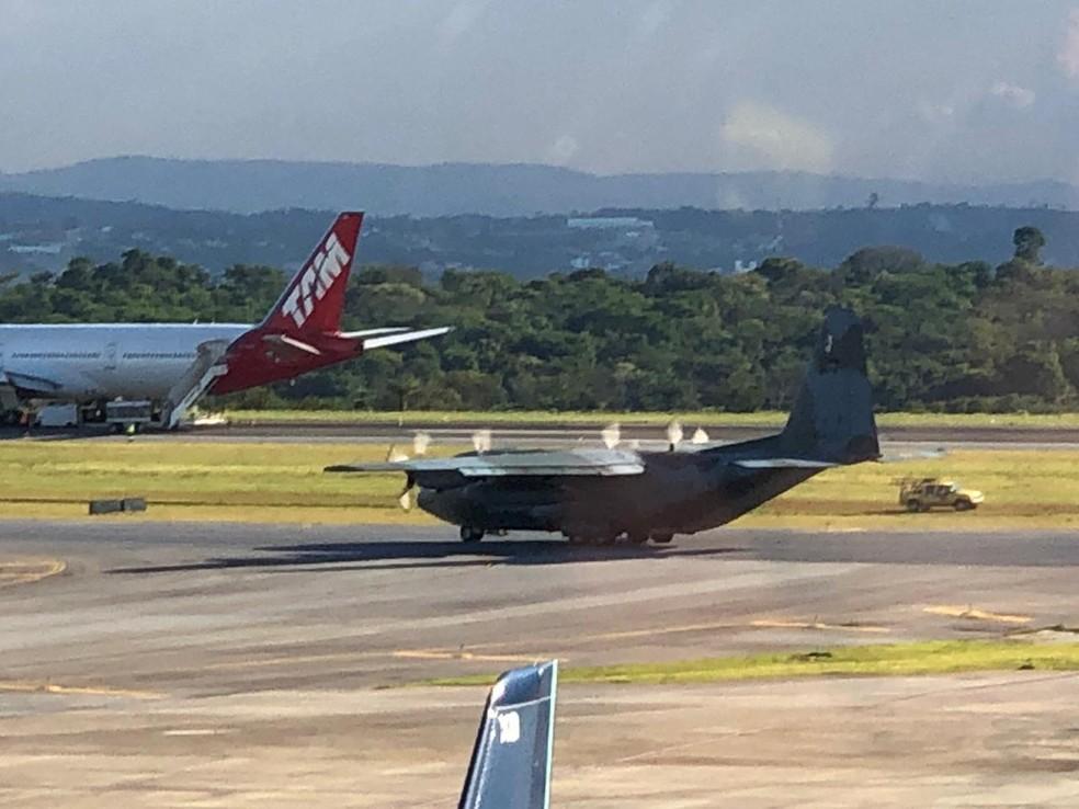 Hércules da FAB chega a Confins com parte de equipamento para liberar pista de Confins — Foto: Danilo Girundi/Globo