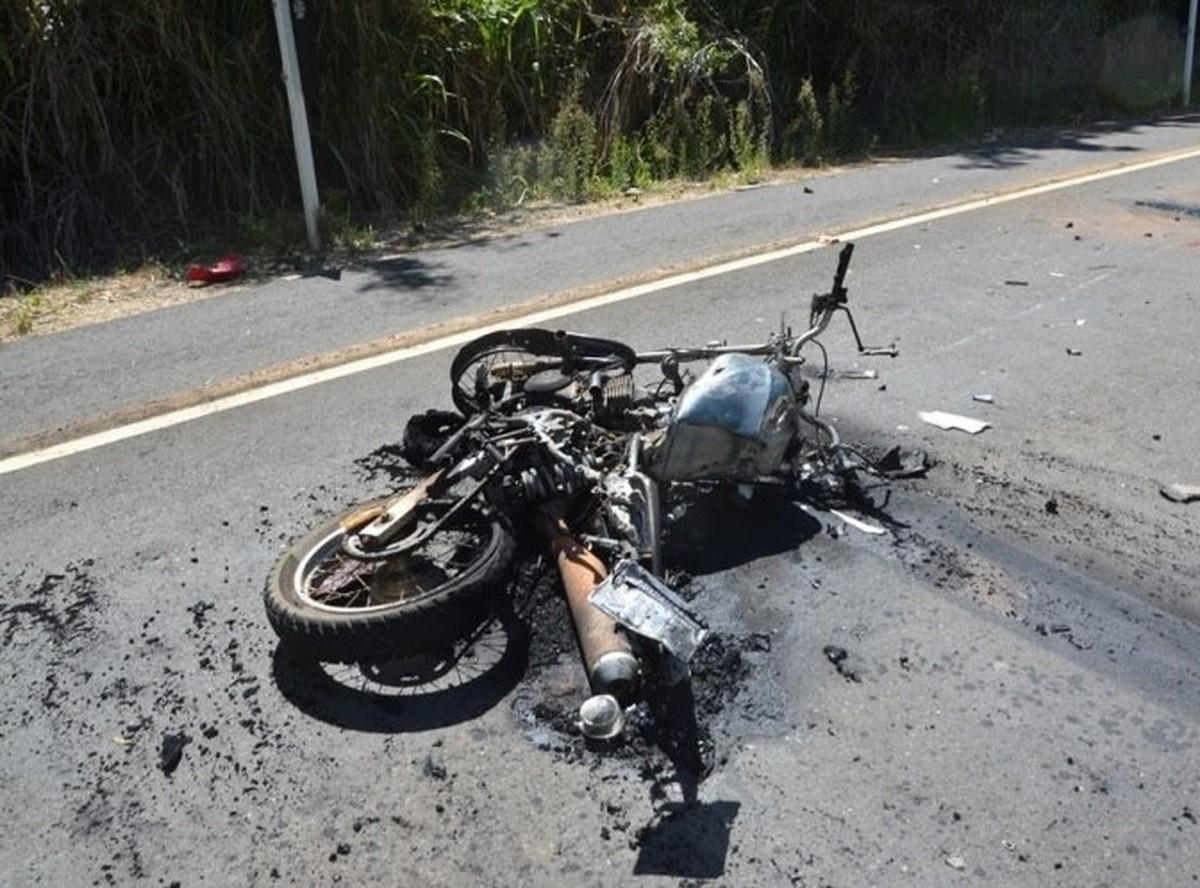 Motociclista morre ao bater de frente com carro na RJ-220, em Porciúncula