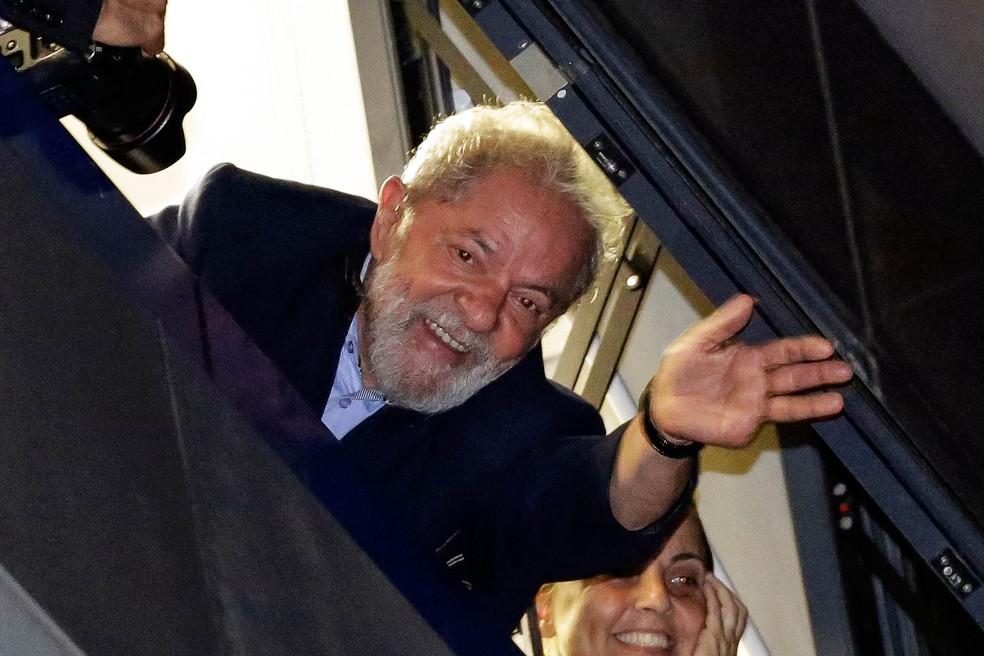 O ex-presidente Lula acena para apoiadores da janela do Sindicato dos Metalúrgicos, em São Bernardo, antes de ir para a prisão, em 7 de abril (Foto: Nelson Antoine/AP)