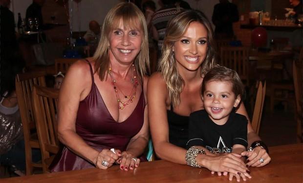 Luisa Mell entre a mãe, Sandra, e o filho, Enzo (Foto: Arquivo Pessoal)