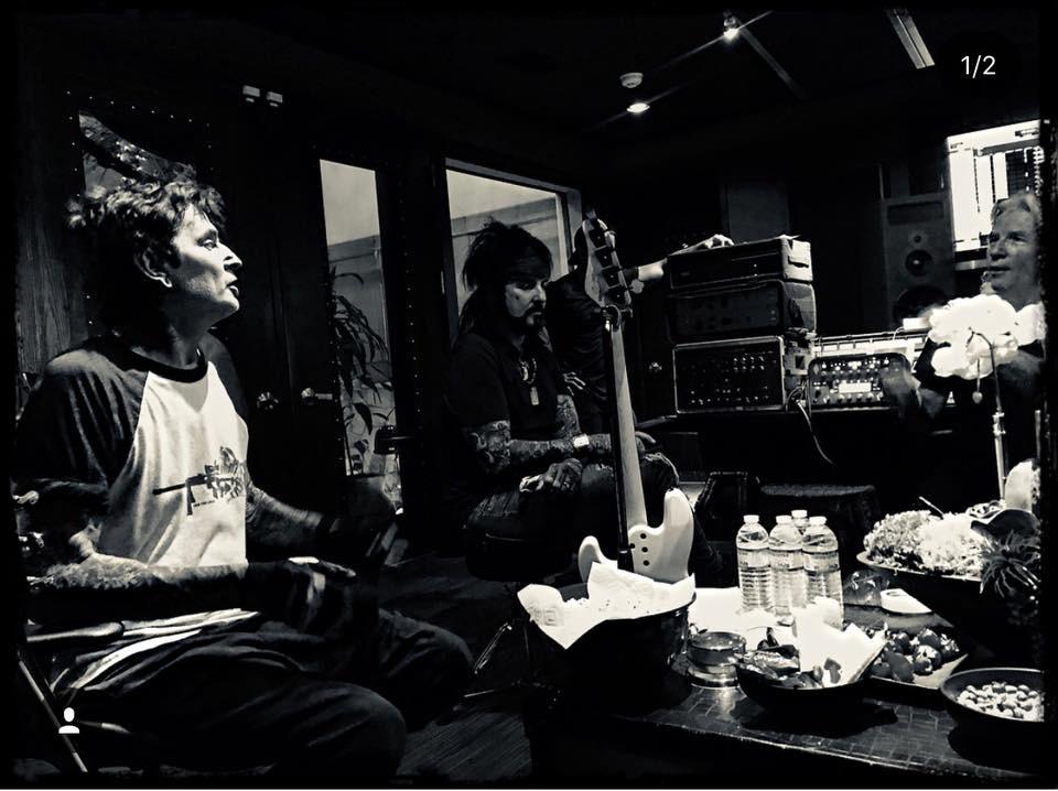 Dois dos músicos do Motley Crue dentro de um estúdio (Foto: Facebook)