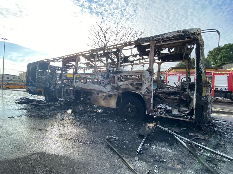 ônibus ficou completamente destruído após pegar fogo em Manaus — Foto: Carolina Diniz/G1