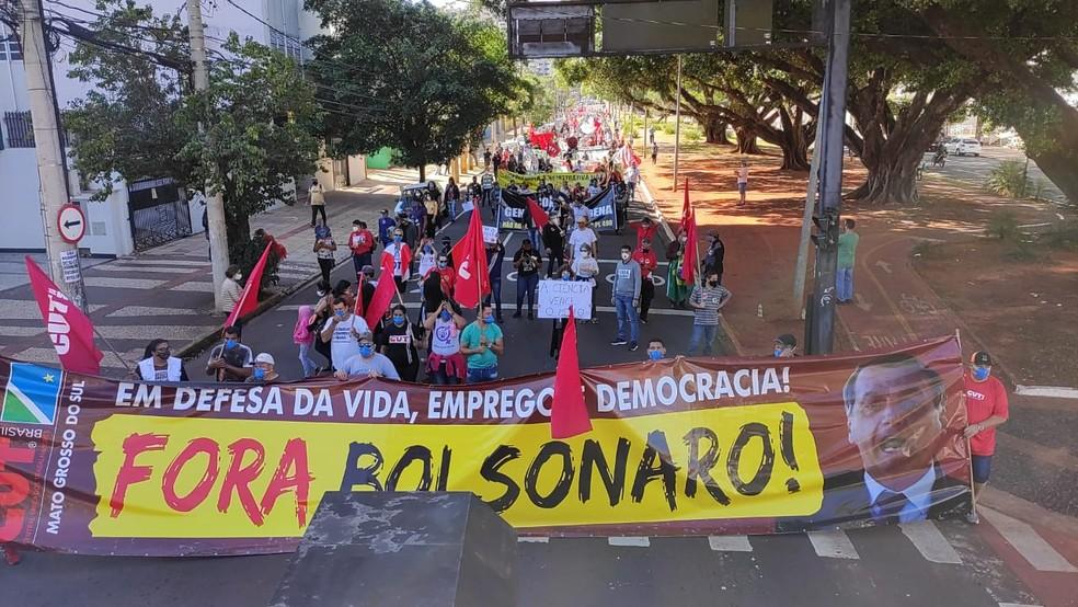 Manifestantes fazem protestam contra Bolsonaro em Campo Grande — Foto: Sérgio Souza Júnior