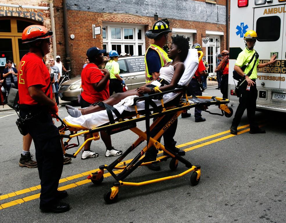 Resgate de vítimas de atropelamento em Virginia (Foto: REUTERS/Joshua Roberts)