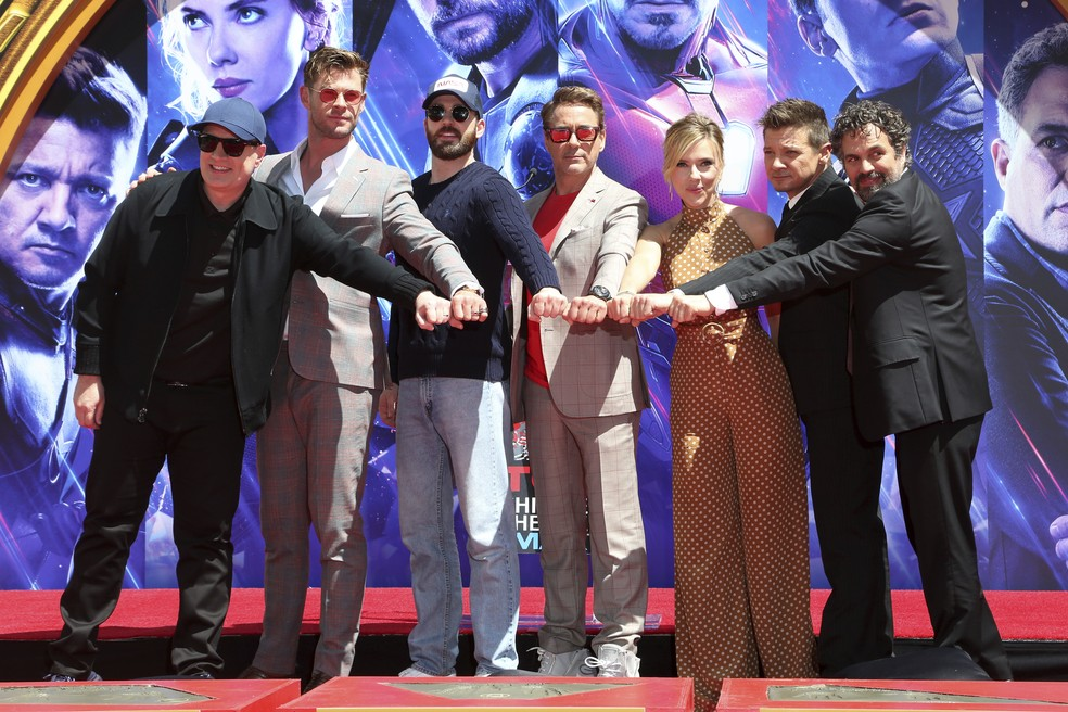 Chris Hemsworth, Chris Evans, Robert Downey Jr., Scarlett Johansson, Jeremy Renner e Mark Ruffalo durante cerimônia no TCL Chinese Theatre — Foto: Willy Sanjuan/Invision/AP