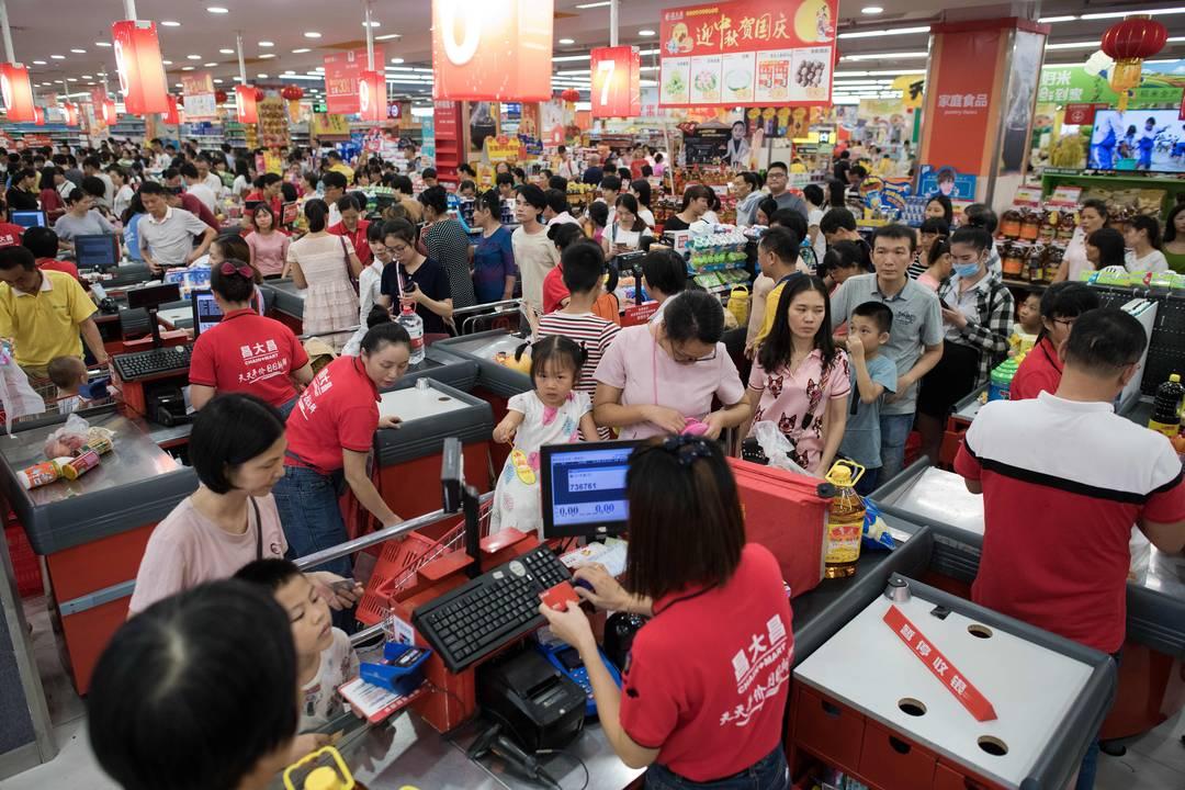 Chineses compram água e comida neste sábado (15) em supermercado de Zhanjiang antes da chegada do tufão Mangkhut, que já passou pelas Filipinas