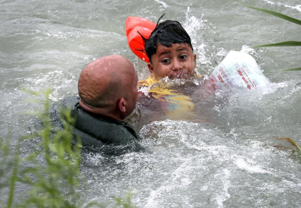 Um menino hondurenho de 7 anos foi resgatado no dia 10 de maio por agentes americanos de fronteira no Rio Grande, que separa Ee México. — Foto: Bob Own/The San Antonio Express-News via AP