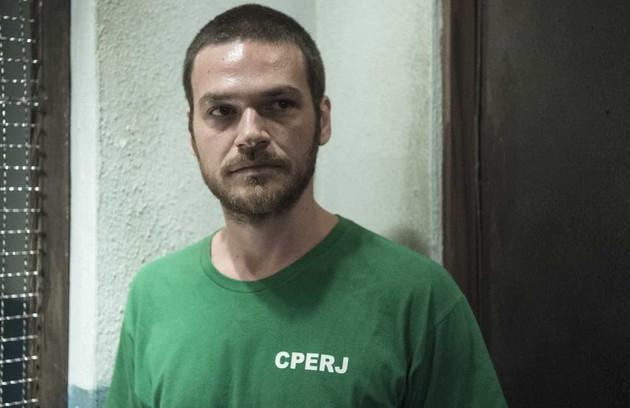 Anos depois, Rubinho se envolve com o tráfico de drogas e acaba preso (Foto: Reprodução)