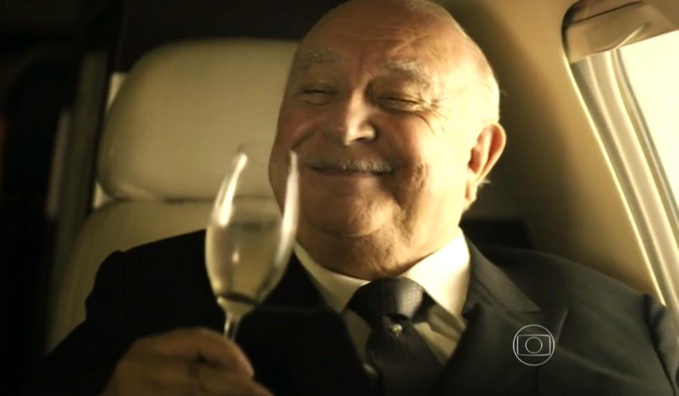 Dionísio Albuquerque (Sérgio Mamberti) acredita que vai se dar bem durante fuga - 'Flor do Caribe' — Foto: Globo