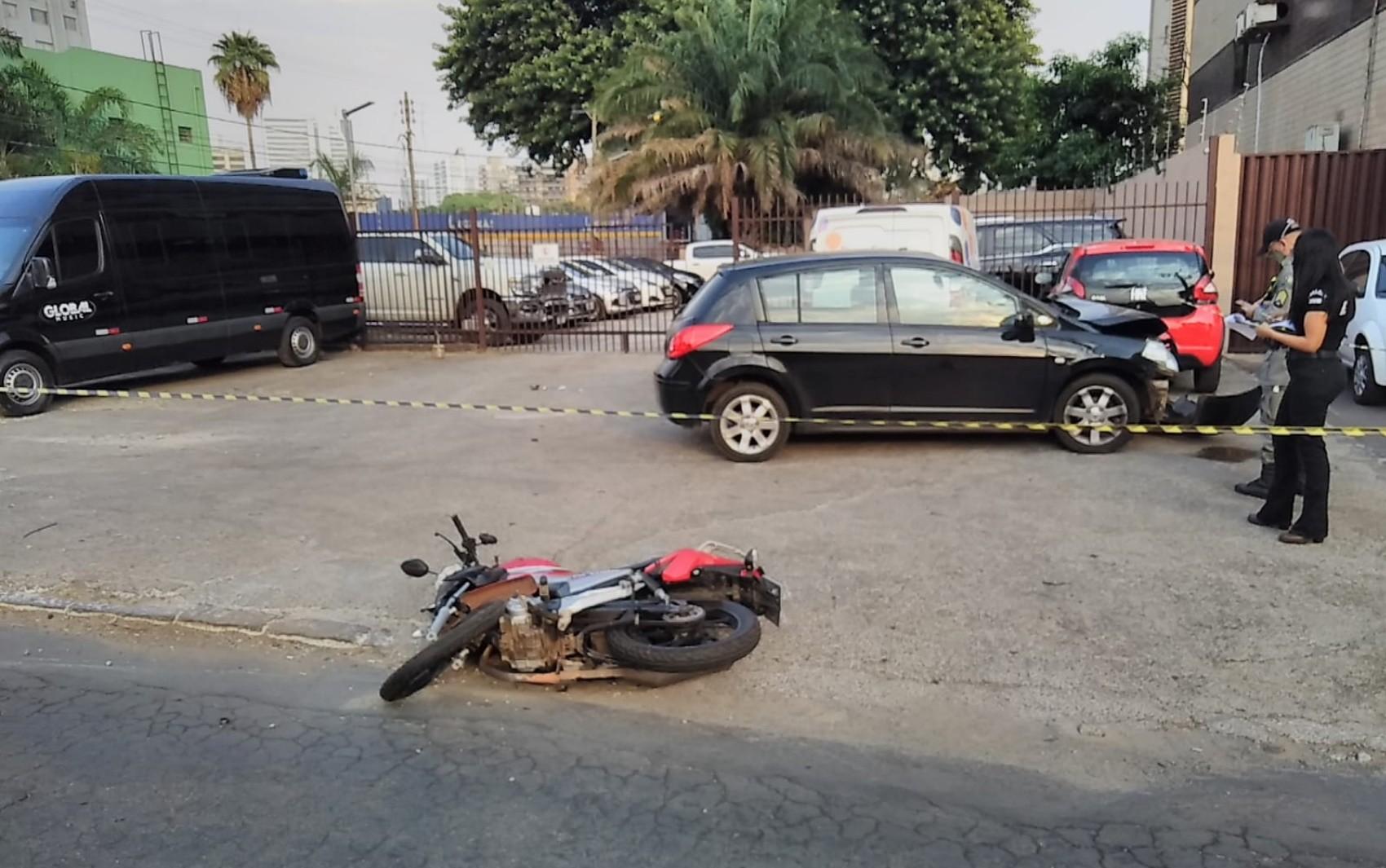 Motociclista gira no ar e morre após ser atingido por carro que entrou na contramão da Avenida 85, em Goiânia; vídeo