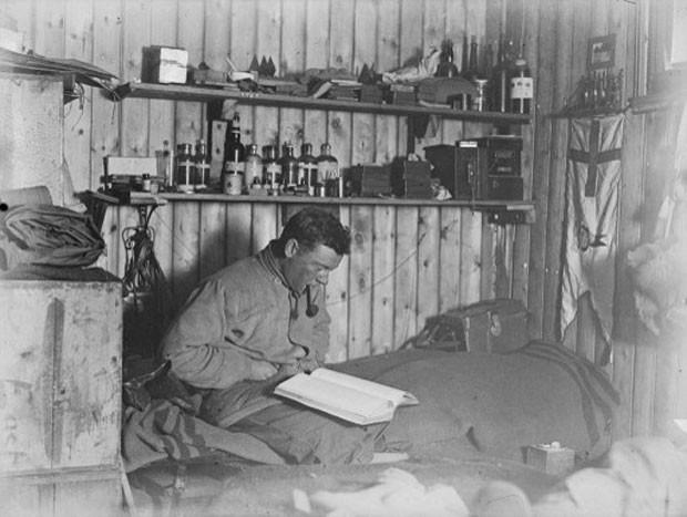 Imagem liberada nesta quinta-feira (23) mostra o caderno encontrado na Antártica com informações sobre uma das primeiras expedições do homem ao continente gelado (Foto: Fundo da Herança da Antártica da Nova Zelândia/AFP)
