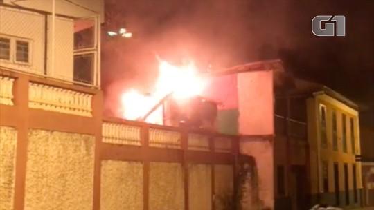 Trailer de lanches pega fogo em Paraibuna, SP