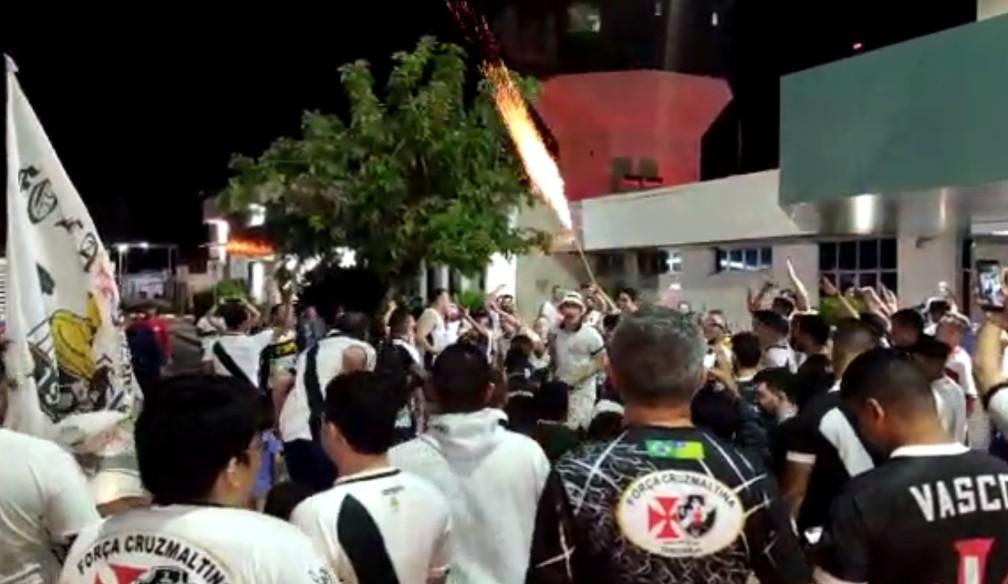 Torcedores do Vasco soltam fogos de artifício em aeroporto — Foto: Stephanie Pacheco/GloboEsporte.com