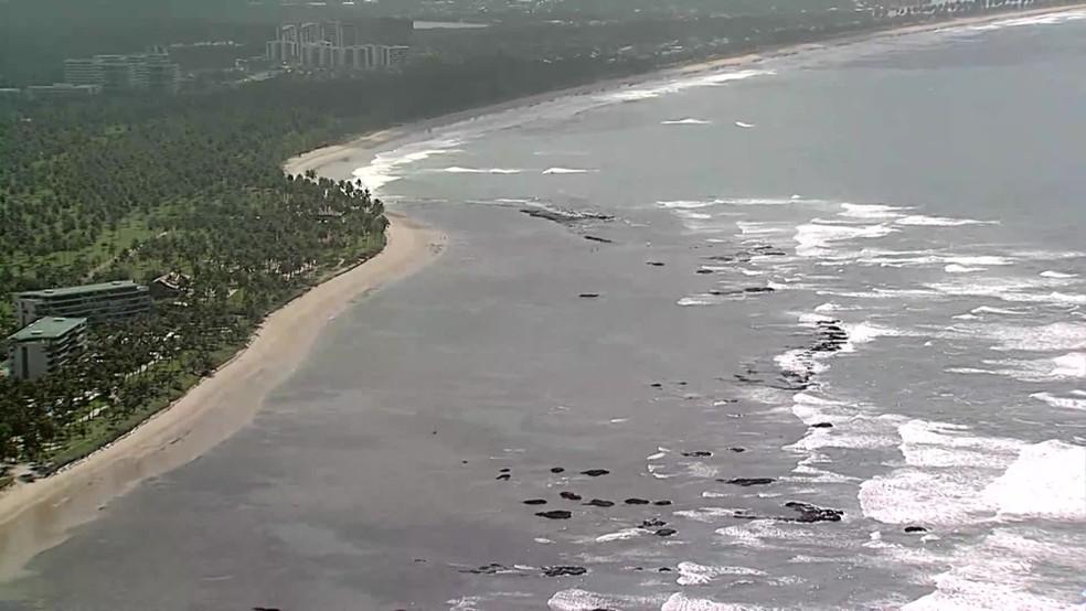 Há quase oito quilômetros de praia onde não é permitido tomar banho de mar em Pernambuco — Foto: Reprodução/TV Globo