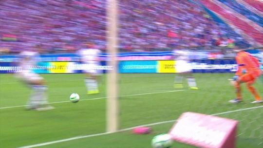 Jackson tira bola antes de Artur chegar para fazer o gol. 11' do 2º T.