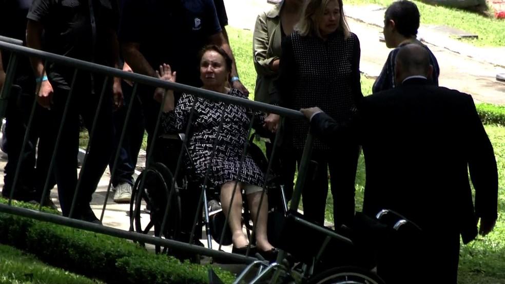 Dona Maria do Céu, mãe de Gugu Liberato, chega para o enterro do apresentador — Foto: TV Globo/Reprodução