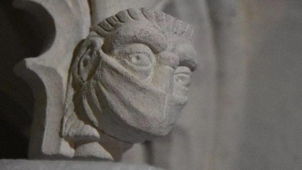 Escultura com máscara na Catedral St. Albans (Foto: Catedral St. Albans)