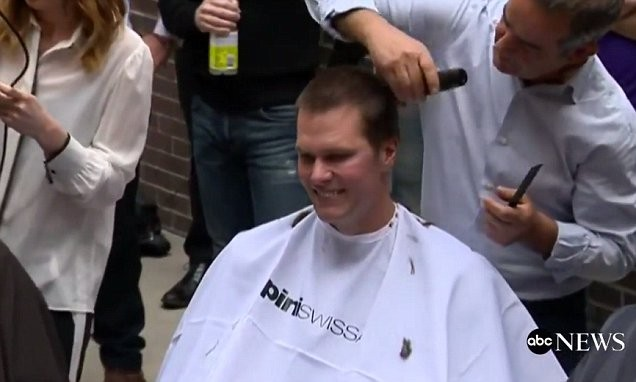 Tom Brady na hora de raspar a cabeça (Foto: Reprodução/Twitter)