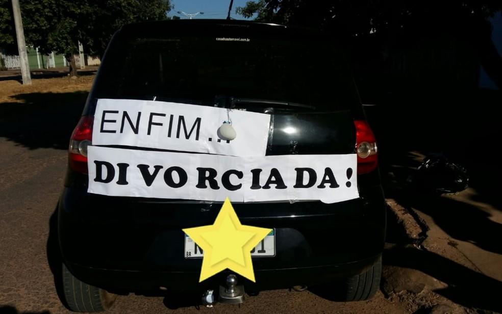 Faixa em carro comemora divórcio de Daiana Almeida Santos — Foto: Daiana Almeida/Arquivo Pessoal