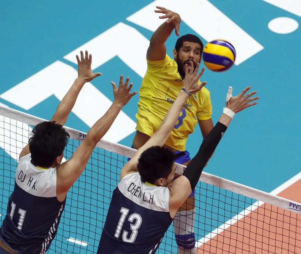 Wallace ataca contra a China no Mundial — Foto: FIVB